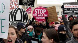 Pro et anti-avortement manifestent aux