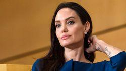 Le super look d'Angelina Jolie: une robe classique associée à des tatouages