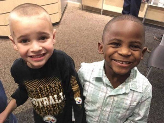 Ces petits garçons se sont coiffés pareil pour que leur instituteur ne les distingue