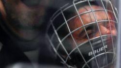 Cette photo de Bieber plaqué par un hockeyeur va vous faire aimer encore un peu plus ce