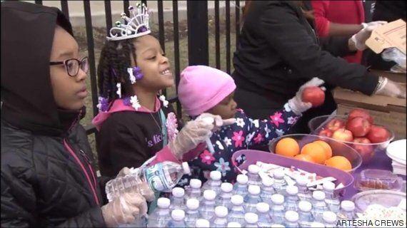 Cette fillette tenait à fêter son anniversaire dans la rue avec les