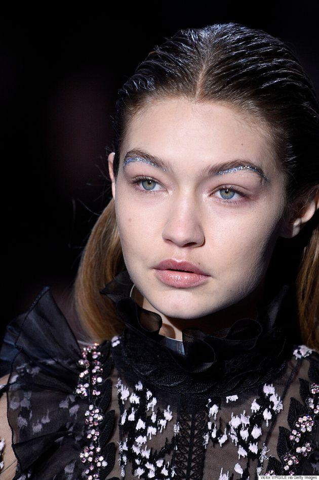 Le dessous de sourcil maquillé est la nouvelle tendance qu'on emprunte aux