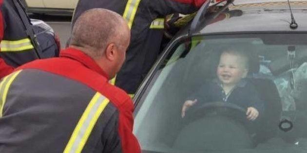 Des pompiers libèrent ce petit garçon enfermé dans une voiture, c'est le plus beau jour de sa