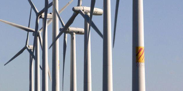 Des aérogénérateurs (éoliennes) sont visibles sur le site de Rivesaltes près de Perpignan, le 25...