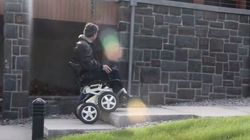 Ce fauteuil roulant monte les escaliers