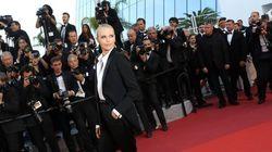 Festival de Cannes: Charlize Theron magnifique en tuxedo sur le tapis rouge