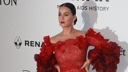 Amfar 2016: Katy Perry magnifique en rouge sur le tapis protocolaire