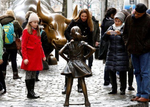 Une fillette en bronze rejoint la célèbre statue du taureau de Wall Street pour la Journée internationale...