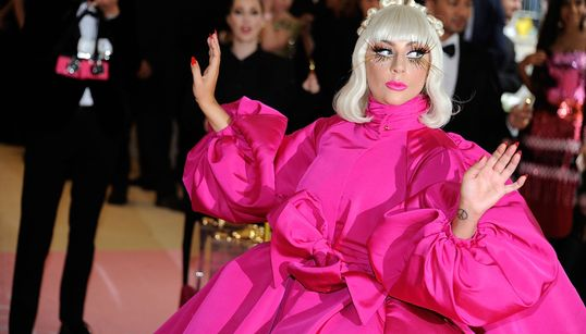 Lady Gaga regina matrioska e Katy Perry lampadario. Al Met Gala trionfa l'eccesso (e