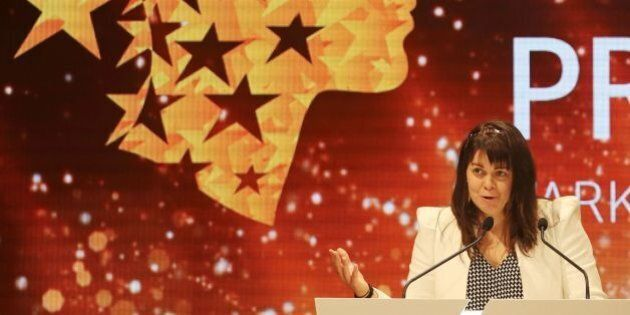 Canadian teacher Maggie MacDonnell delivers a speech after receiving the Global Teacher Prize during a ceremony in Dubai on March 19, 2017.MacDonnell, who works in a fly-in only village in the Arctic, was among 10 finalists chosen from 179 countries and won a $1 million prize. / AFP PHOTO / KARIM SAHIB (Photo credit should read KARIM SAHIB/AFP/Getty Images)