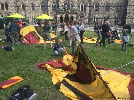 Sophie Grégoire-Trudeau et sa fille en camping pour promouvoir les parcs