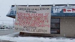 Une banderole sur l'attentat de Québec érigée au bureau de Kellie