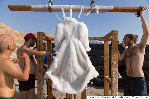Immergée dans la mer Morte, cette robe devient un