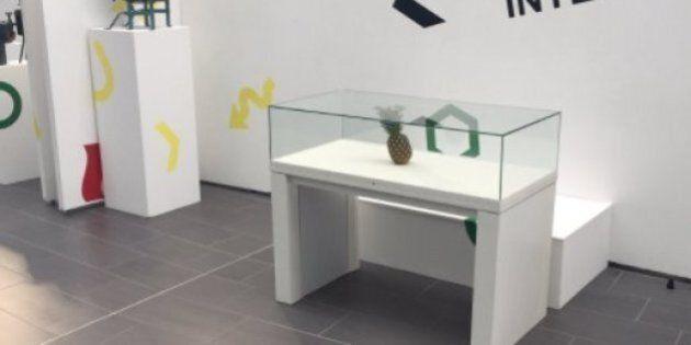 Des étudiants déposent un ananas dans un musée, le fruit est pris pour une œuvre