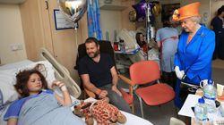 La reine Elizabeth rend visite aux blessés de l'attentat à