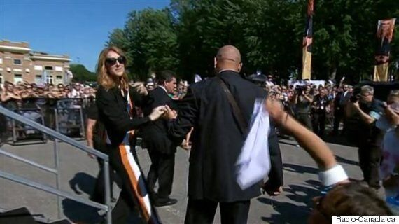 Beaucoup d'admirateurs accueillent Céline Dion au centre