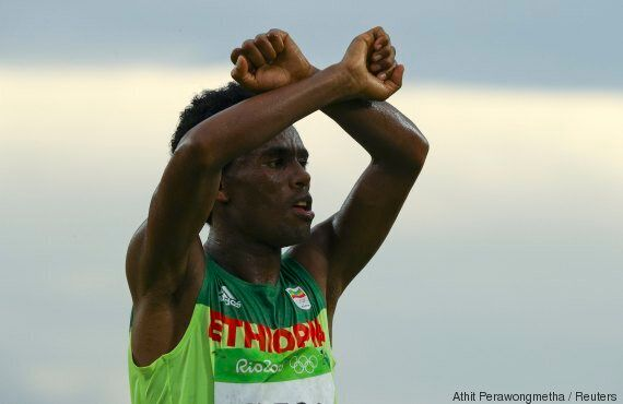 À cause de ce geste aux Jeux olympiques, le médaillé d'argent du marathon Feyisa Lilesa risque la mort