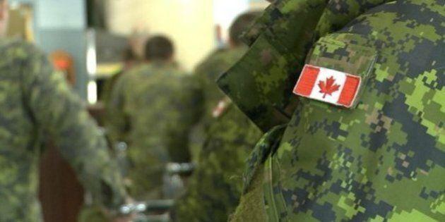 Un soldat canadien à Londres fait face à des