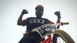 Un coursier à vélo pas comme les autres dans les rues de New