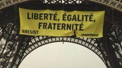 Des militants suspendus à la Tour Eiffel pour déployer une banderole