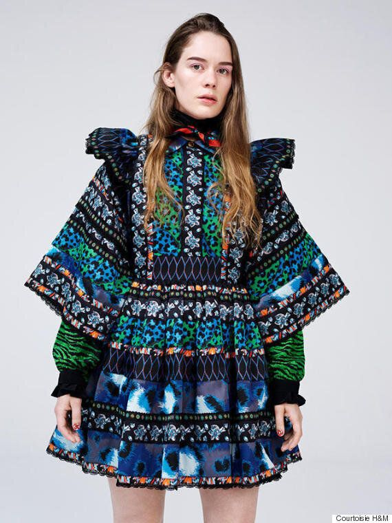 Un premier look de la collection KENZO x H&M repéré sur la chanteuse Anna of The North