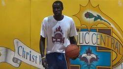 Un réfugié, surdoué du basket de 17 ans ou clandestin de 30 ans