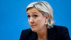 Marine Le Pen pose avec un député russe antisémite et
