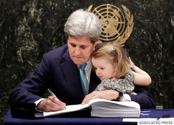 John Kerry a signé l'accord sur le climat avec sa petite-fille sur les genoux