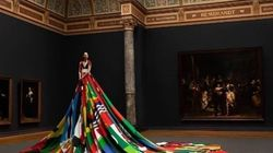 Une robe faite de 72 drapeaux pour parler des droits des personnes