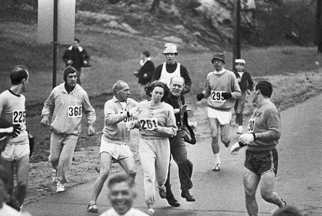 En 1967, au marathon de Boston, un organisateur de la course tente d'arrêter Kathrine Switzer.