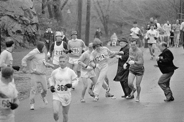 Lors du marathon de 1967, l'entraîneur et le compagnon de Kathrine Switzer prennent sa défense pour qu'elle puisse terminer sa course.