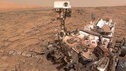 Une roue de Curiosity commence à