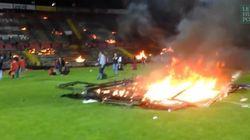 Furieux, des supporters mettent (littéralement) le feu à leur stade