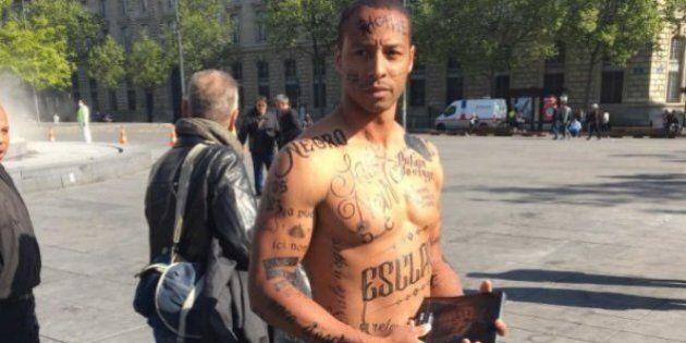 Un homme noir le corps tatoué d'insultes racistes pour dénoncer la «lepénisation» des