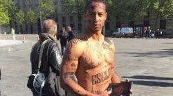 Un homme noir le corps tatoué d'insultes