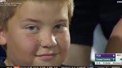 Ce garçon vole la vedette pendant un match de baseball