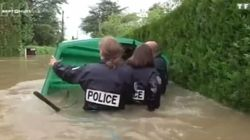 La police s'est littéralement mouillée pour aider les sinistrés