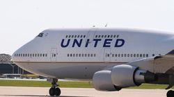 Une agente de bord gonfle la glissade d'urgence et quitte un avion bondé