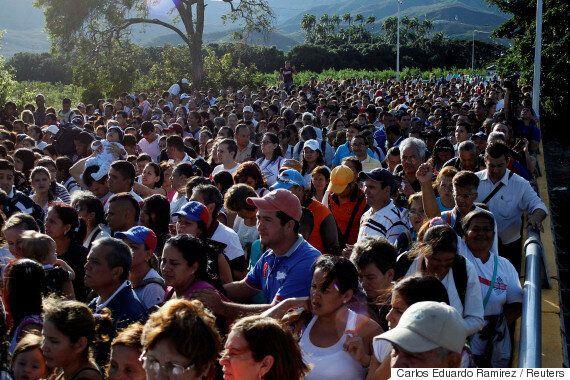 En temps de crise, des milliers de Vénézuéliens traversent la frontière colombienne pour faire leur épicerie
