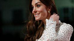Le vent s'est amusé avec la robe de Kate