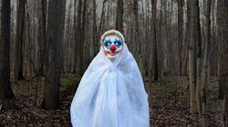 Des hommes habillés en clowns tentent d'attirer des enfants dans les