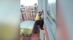 Il risque sa vie pour sauver un chien coincé sur un balcon