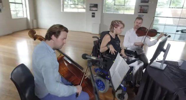 Jess Irwin au centre, entourée du violoncelliste et d'un