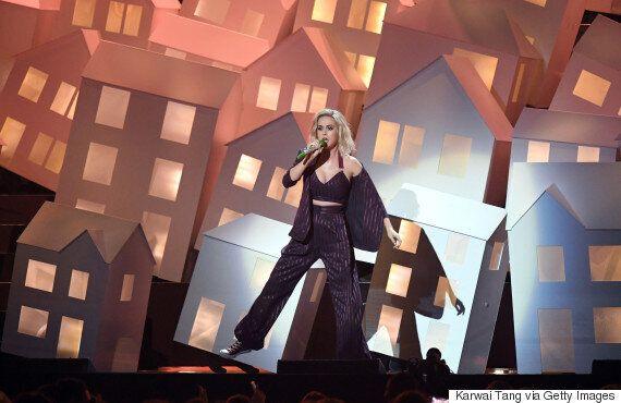 Katy Perry aux Brit Awards 2017: une «maison» tombe de la