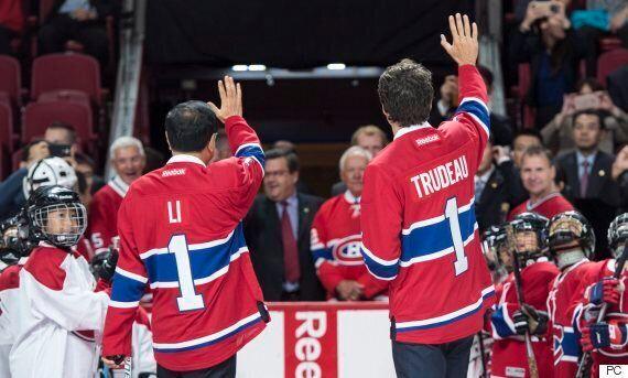 Le premier ministre chinois Li Keqiang et Justin Trudeau enfilent le maillot des Canadiens de