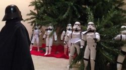 Des Stormtroopers assemblent un arbre de