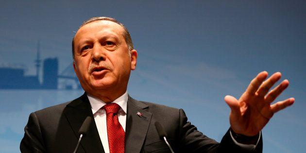 Putsch: un an après, Erdogan promet d'«arracher la tête des