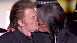 Johnny Hallyday embrasse un homme sur la bouche en plein