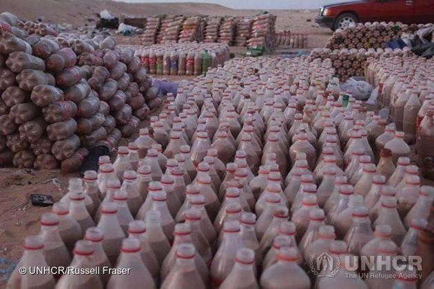Dans le Sahara, un réfugié construit des maisons à partir de bouteilles en