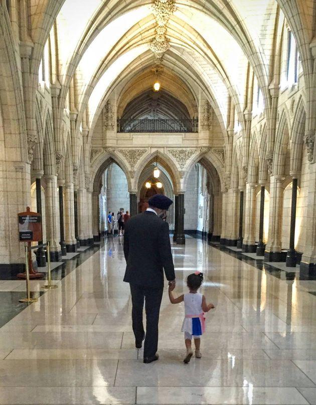 Sophia Popalyar, une petite fille de 2 ans rencontre le ministre canadien de la Défense Harjit Sajjan...